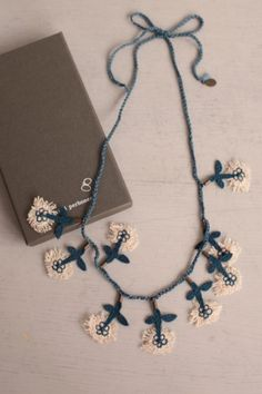 Make with knit idiot cord & crochet flowers. Textile Jewelry, Fabric Jewelry, Ethnic Jewelry, Diy Jewelry, Jewelery, Handmade Jewelry, Jewelry Design, Crochet Accessories, Jewelry Accessories