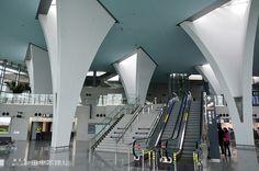 搭乘高鐵則必須通過手扶電梯或樓梯前往二樓樓層進站