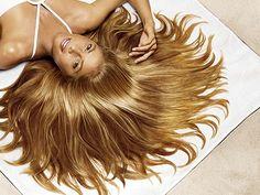 El mejor acondicionador es el que puedes hacer en casa con medio aguacate, una cucharadita de aceite de oliva y una yema de huevo. Aplícatelo en el pelo recién lavado, masajéalo suavemente desde la raíz hasta las puntas. Luego lo déjalo que actúe por 15 minutos y retíralo con agua tibia.