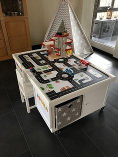 Aus zwei IKEA KALLAX Regalen könnte ihr einen Multifunktionstisch für Kinder selber bauen. Genauso wie unsere Kundin Jessica - eine tolle Idee! Hier geht's zur Anleitung!