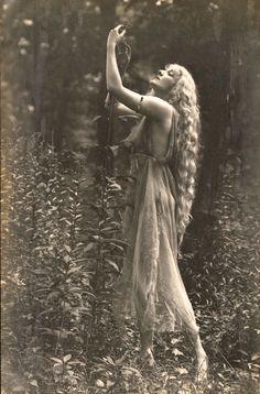Gertrude Hoffman, 1917. La naturaleza es belleza. La de la mujer.