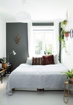 Soveværelse med mørk, grågrøn væg