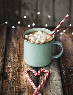 Hot chocolate, marshmallows, candy canes Best Picture For candy cane legend For Your Taste You are l Iphone Wallpapers, Iphone Wallpaper Travel, Iphone Backgrounds, Wallpaper Backgrounds, Heart Wallpaper, Winter Christmas, Christmas Lights, Christmas Time, Christmas Icons