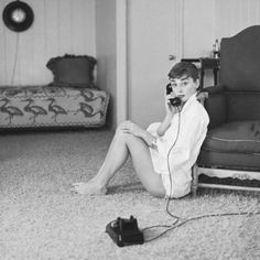 Audrey Hepburn Style: Get Her Classy Looks For Less Audrey Hepburn Mode, Aubrey Hepburn, Audrey Hepburn Photos, Classic Hollywood, Old Hollywood, Classic White Shirt, Role Models, Foto E Video, Divas
