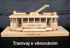 Historická tramvaj, hračka ze dřeva na elegantní podstavě. Tramvaj lze jednoduše z podstavy sundat. Je nasazena na dvou kolících. Krásný doplněk do pokoje i kanceláře, či jako firemní dárek.