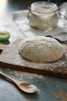 Massa de pizza caseira | Receita Panelinha:  Pense numa massa versátil: você faz pizza para o jantar, rolinho de azeitona para o lanche, enroladinho de canela para o chá da tarde... e ainda por cima pode congelar! Mão na massa e já para a cozinha.