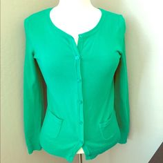 Emerald H&M cardigan Beautiful knit emerald H&M cardigan. Love this color for the holiday season! Scoop neck. Small front pockets. Very comfortable. Can fit sizes XS, S and M. H&M Sweaters Cardigans