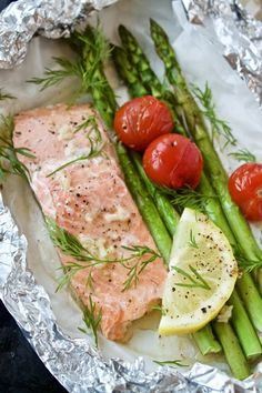 Laks med asparges og citronsauce - Mad på 20 minutter Fresh Rolls, Tuna, Grilling, Picnic, Food And Drink, Fish, Ethnic Recipes, Annie, Drinks