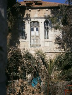 An abandoned mansion in the Shteibelach, near Mechor Baruch.
