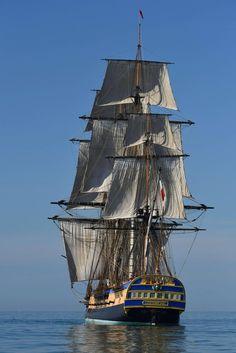 « L'Hermione » prend la mer. À La Rochelle, début octobre, la réplique de l'élégante frégate « Hermione », réputée pour avoir conduit le marquis de La Fayette aux États-Unis en 1780, fait ses premiers essais en pleine mer. À l'été 2015, elle traversera l'Atlantique, comme son illustre modèle du XVIIIe siècle. (Photo : Xavier Léoty/AFP)
