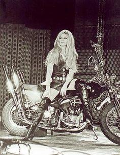 Musique Harley Davidson Brigitte Bardot - All About Motorcycle Image Ideas Brigitte Bardot, Bridget Bardot, Motorcycle Art, Bike Art, Motorcycle Girls, Harley Davidson, Biker Chick, Biker Girl, Biker Baby