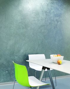 """Kolor srebrny coraz częściej gości w naszych domach, już nie tylko w formie dodatków, ale również """"wkradają się"""" we wnętrza srebrne ściany. Również srebrne tekstylia zostały docenione i są coraz śmielej wplatane w aranżacje o różnym stylu. Radzimy, jak stosować srebrny kolor we wnętrzu."""