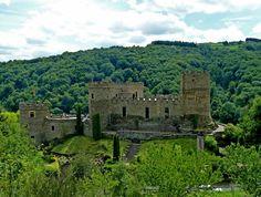 Chateau de Chouvigny - Puy de Dome, Auvergne Beautiful Castles, Beautiful Buildings, Beautiful Places, Warwick Castle, French Castles, Clermont Ferrand, Royal Life, Grand Homes, Windsor Castle