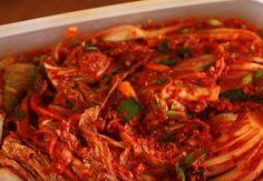 Jesień to sezon na kiszonki. Nic tak nie wspomaga odporności, jak kiszona kapusta. Warto jednak czasem spróbować czegoś nowego. Kimchi to koreańska kiszonka. Kimchi, Japchae, Pesto, Shrimp, Health, Ethnic Recipes, Food, Health Care, Essen