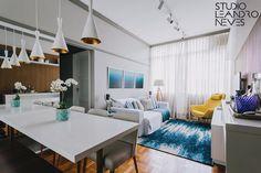 Olha como ficou incrível esse projeto novo assinado pelo nosso escritório! As cores azul e branco garantiram fluidez e leveza ao ambiente, enquanto a poltrona amarela ganhou um destaque super especial. Estamos super felizes com o resultado! Foto: Alessandro Giraldi