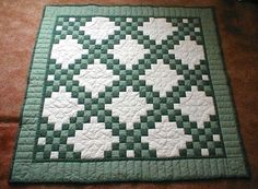 Irish Chain Quilts Quilt With 3 Colors Quilting Areas In This One Happy Double Tutorial Bedrooms Quilting Projects, Quilting Designs, Celtic Quilt, Irish Chain Quilt, Do It Yourself Baby, Two Color Quilts, Green Quilt, Patch Quilt, Quilt Block Patterns