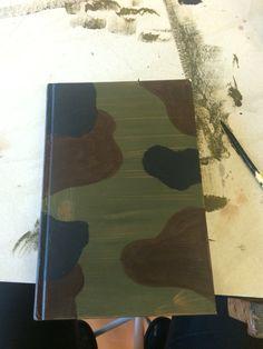 Hierna heb ik het boek ook nog zwarte vlekken gegeven. Met tussendoor korte droogpauzes. Ik heb dit gedaan zodat je een beetje een camouflage idee erbij krijgt. Ik vind dit goed gelukt.