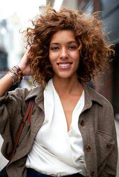 Ondulations naturelles sur dégradé - Natural layered curls.