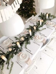 Table scape, white and green, candles Scandi Christmas, Christmas Interiors, Minimal Christmas, Noel Christmas, Green Christmas, Simple Christmas, Christmas Table Settings, Christmas Tablescapes, Christmas Table Decorations