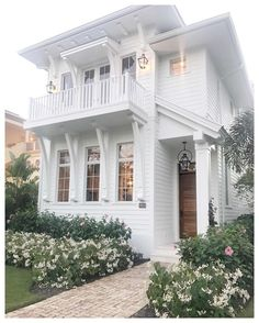 Simple beach house with great curb appeal in Naples Florida #beachhouse #curbappeal