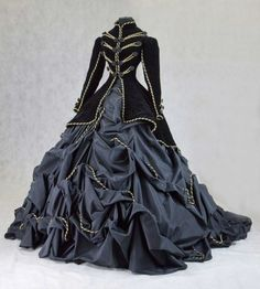 Gothic ball gown or alternative wedding dress , Whitby vampire Victorian fashion looks . Costume Steampunk, Style Steampunk, Steampunk Clothing, Steampunk Fashion, Victorian Fashion, Gothic Fashion, Vintage Fashion, Victorian Steampunk Dress, Victorian Gown