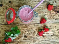 Milkshake cu căpşuni, o băutură hrănitoare, aromată şi răcoroasă. Se poate face atât cu căpşuni proaspete, cât şi cu fructe congelate, va fi la fel de bun. Milkshake, Drinks, Drinking, Smoothie, Beverages, Drink, Beverage