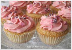 Cupcakes de fresa con frosting de nata y queso crema