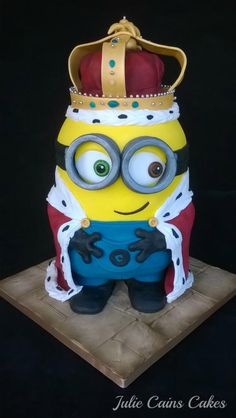 The new minion movie is out…. So I decided to use this as my inspiration for the cake for the school fair. I donate a cake each year which seems fair since most of my business comes from parents at the local school (or their relatives and. Minion Torte, Bolo Minion, Minion Cakes, Crazy Cakes, Fancy Cakes, Cute Cakes, Pink Cakes, Pastel Minion, Fondant Cakes