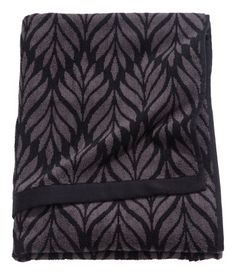 Black/dark gray. Bath towel in jacquard-weave cotton terry with taped trim. Hanger loop on one short side.