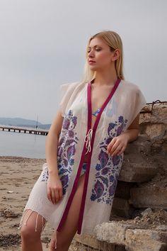 Kimono ürünler plajlarda kullanıma uygun önden bağlamalı modellerdir. Özellikle büyük beden bayanların da rahatlıkla kullanabileceği kimonolar diğer tüm plaj kıyafetleri gibi suyu çok iyi emer ve hızl