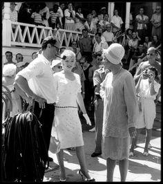 Arthur Miller, Marilyn Monroe, and Jack Lemmon on location at the Hotel Del Coronado for Some Like It Hot. Jack Lemmon, Tony Curtis, Marilyn Monroe Photos, Marylin Monroe, Classic Hollywood, Old Hollywood, Hollywood Actresses, Billy Wilder, Hotel Del Coronado