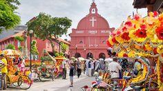 Malacca. Contrôlant le détroit qui porte son nom, cette ville a été, au fil des siècles, occupée par les Portugais, les Hollandais et les Anglais avant de devenir pleinement malaise. Ses quartiers racontent cette riche histoire.