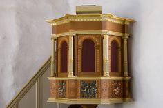 """Bjergby kirke: Prædikestolen er fra 1600-tallet. Den blev istandsat ved restaureringen midt 1970'erne. De øverste smalfelter er tomme. Også storfelterne er tomme. De har bueslag med listekpitæler og slyngbånd og adskilles af fritstående søjler, der står på fremspring. Søjlerne er glatte med prydbånd. De nederste smalfelter bærer Ove Lunges og Anne Sehesteds fædrene og mødrene våben. De var ejere af herregården """"Odden"""" i Mygdal sogn. Se mere om våbenskjoldene på Gravsted og epitafier"""