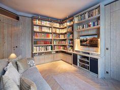 Pour aménager un salon dédié à la lecture et aux loisirs, l'ébéniste Xavier Pottiez imagine une bibliothèque démesurée dont les étagères sont adaptées aux formats des ouvrages. Agrémenté ... #maisonAPart