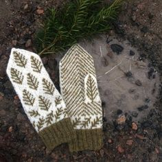 Ravelry: Vanten Granskog pattern by Sissela Ekdahl Knit Mittens, Knitted Gloves, Knitting Socks, Fingerless Gloves, Baby Knitting, Knitting Projects, Knitting Patterns, Knitting Ideas, Wrist Warmers