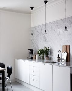 grey painted floorboards - carrara marble counters and backsplash - grey-white kitchen Kitchen Interior, New Kitchen, Kitchen Decor, Kitchen Ideas, Design Kitchen, Skandi Kitchen, Kitchen Dining, Kitchen Cabinets, Kitchen Lamps