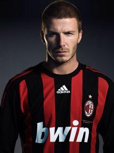 David Beckham Football Icon, Uk Football, World Football, Football Kits, Ac Milan, David Beckham, Shaved Head Styles, Football Hairstyles, Soccer Poses