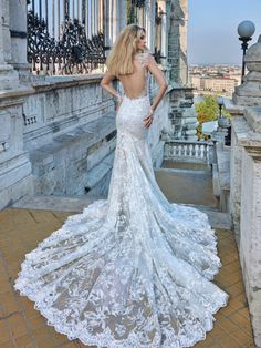 Imagen 92 Sensual y femenino traje de novia con espalda descubierta y falda de encaje con larga cola | HISPABODAS