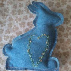 Coelhinho da Páscoa   O que vais trazer pra mim?  #coelho #pascoa #artejeansatelie #jeans #feitoamao #artesanato #produtocriativo #costura #costuracriativa #handmade #craftwork #embroidery #bordado  pedidos (49)999364570