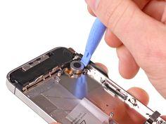 1. Acuñe la herramienta de apertura de plástico entre el vibrador y el lado del iPhone.