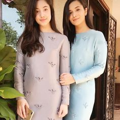 It's cute how their mama picked matchy outfits for & for first day Raya . Rare sight but they both wore this classic kurung with cord details beautifully . Muslim Fashion, Modest Fashion, Hijab Fashion, Fashion Dresses, Eid Outfits, Dress Outfits, Casual Dresses, Model Kebaya Modern, Malay Wedding Dress