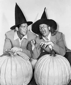 Dean Martin and Jerry Lewis - Halloween photo, vintage Halloween Pin Up, Retro Halloween, Halloween Photos, Happy Halloween, Halloween Witches, Halloween Ideas, Halloween Costumes, Jerry Lewis, Dean Martin