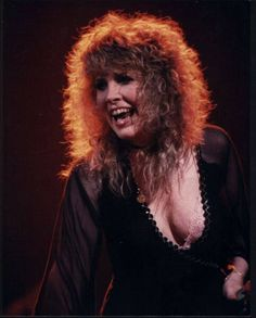 beautiful Stevie ~ ☆♥❤♥☆ ~ smiling at the audience; if you look closely you'll see a thin black choker around her neck ~ love her hair here
