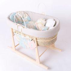Moisés infantil estilo vintage con estampado Mapamundi - Minimoi Baby Bassinet, Baby Cribs, Baby Bedroom, Baby Room Decor, Mosses Basket, Woodland Room, Bringing Baby Home, Bebe Baby, Baby Nest