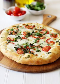 Might be time to start grilling our pizza again! Pizza Caprese with Garlic Focaccia Crust