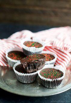 NO BAKE THIN MINT OREO BITES, an easy 3 ingredient Christmas treat that will be a crowd favorite this Holiday Season!   joyfulhealthyeats.com