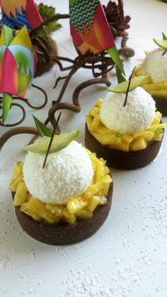 Tartelettes coco ananas - Pâte sablée cacao, Crème d'amande ananas coco, Confit d'ananas, Chantilly coco, Sirop exotique, Ananas frais, zestes de citron vert.