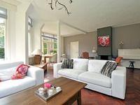 pink accents in livingroom