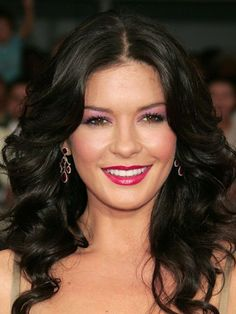 The 50 Most Iconic Beauty Looks of All Time - The Look: Purple Eyeshadow Cather. - The 50 Most Iconic Beauty Looks of All Time – The Look: Purple Eyeshadow Catherine Zeta-Jones, 2005 Catherine Zeta Jones, Swansea, Celebrity Makeup Looks, Celebrity Beauty, Celebrity Babies, Beautiful Celebrities, Beautiful Actresses, Gorgeous Women, Most Beautiful Faces