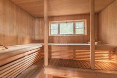 Erittäin tyylikäs saunarakennus aivan järven rannalla. Saunan kuisti on jo järven päällä josta lähtee leveä laituri järvelle. Saunarakennus on remontoitu ja toimii jo sellaisenaan loistavana vapaa-aja
